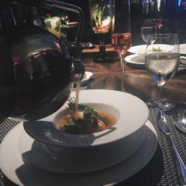 """Ăn tối tại Osha Bangkok. Cái này là sếp search trên tripadvisor. Món Tom yum của họ khá ngon, đặc biệt trước khi phục vụ họ """"bắn"""" lửa đun nóng trong một cái bình như hình ngay  tại bàn rồi mới rót vô bát :D"""