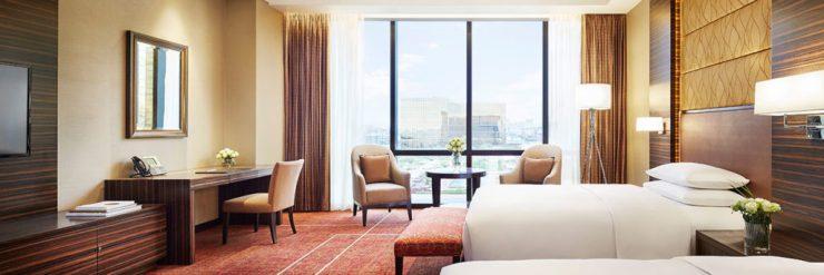 Deluxe room ở Hyatt City Of Dreams như vậy này. Hình này tớ lấy từ website của khách sạn là phòng Twin 2 giường. Còn phòng của bọn tớ thì là double 1 giường King size.
