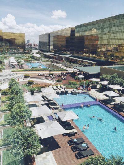 Phía xa kia là bể bơi của Nobu Hotel