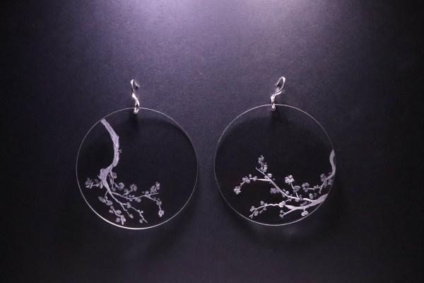 Boucle d'oreille en plexiglas transparent gravé à la main de branche de cerisiers