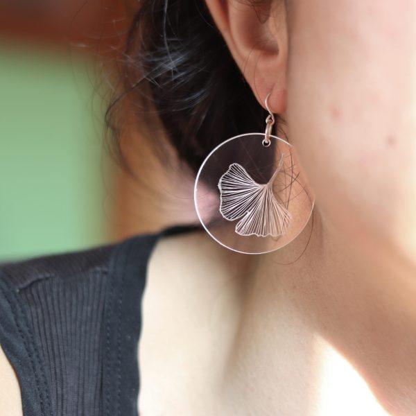 Boucles d'oreilles en plexiglas gravé à la main de feuille de Ginkgo Biloba