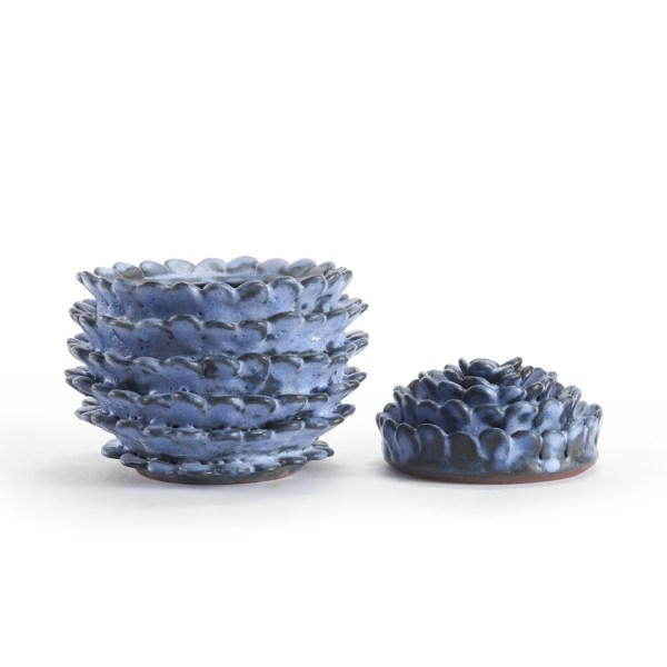 Boîte bleu en céramique avec des pétales rond de la forme d'une pomme de pin ouverte