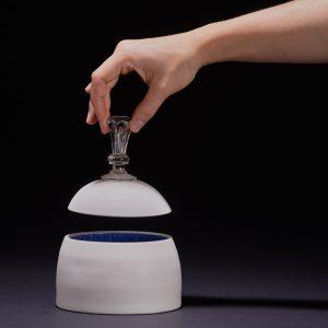 boite en céramique porcelaine et son bouchon de couvercle en verre vintage