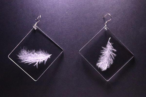 Boucles d'oreilles en plexiglas transparent gravé à la main de plumes