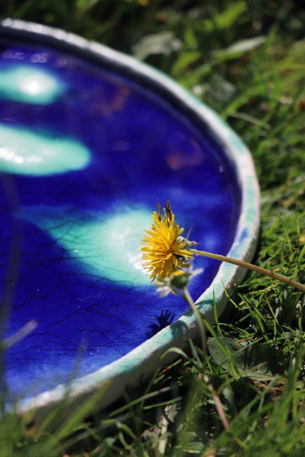 plat décoratif en grès bleu foncé craquelé et mont turquoise