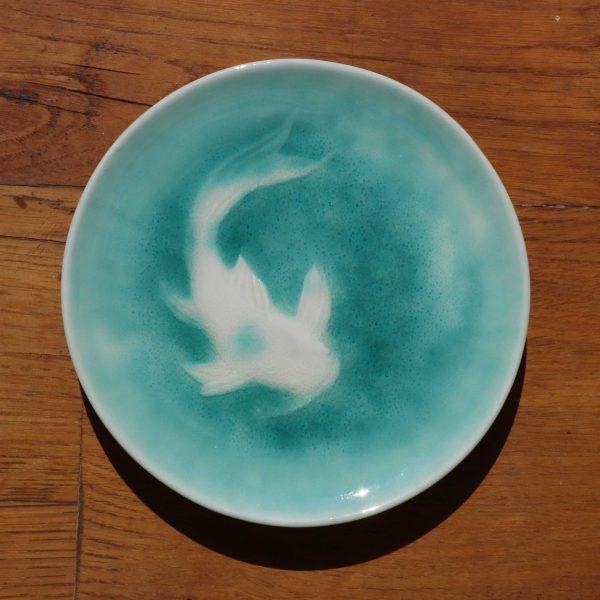 coupelle en porcelaine gravée nageant dans un émail vert turquoise transparent