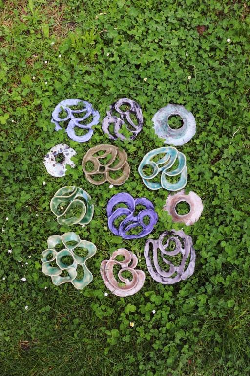 mise en scène piques fleurs dans l'herbe