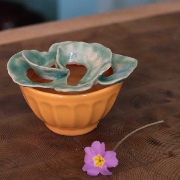 pique fleurs marguerite pissenlit sur bol jaune