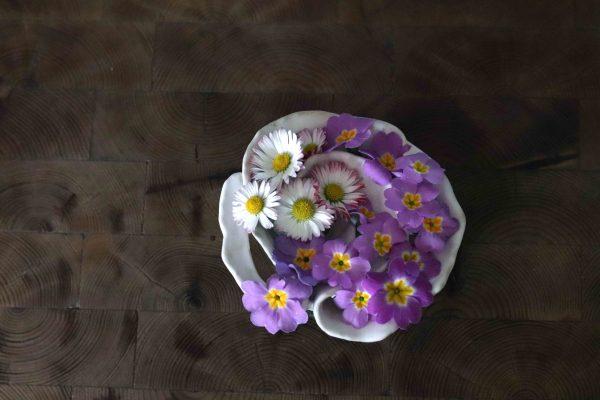 pique fleurs marguerite et primevères sur verre transparent