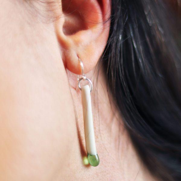 Boucles d'oreilles Tige porcelaine et goutte verte portées
