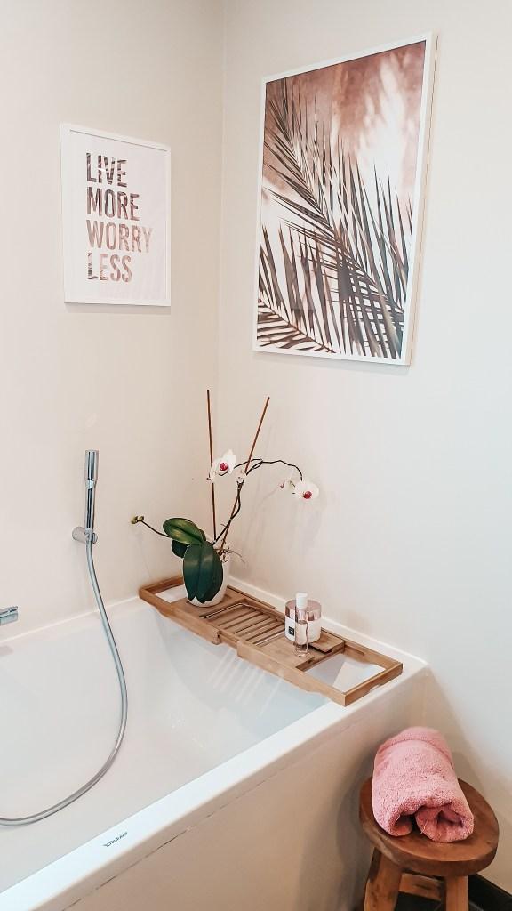 Ook de badkamer werd aangekleed met prachtige posters van Desenio. Is dit niet ontspannend?