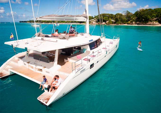 Playa en un Viaje para Navegar en Catamarán