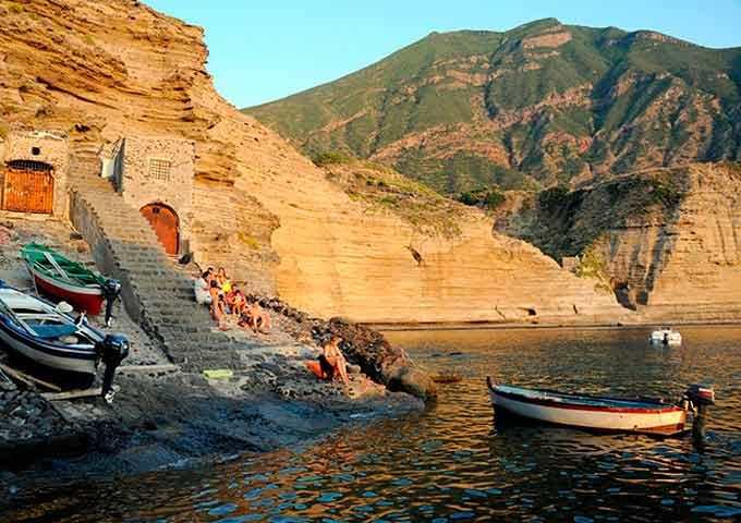 Barcos en Pollara Sicilia