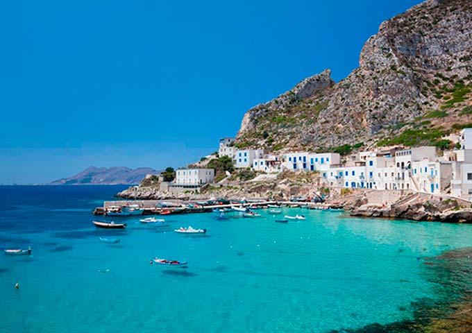 Puerto de Pollara para Viaje de Vacaciones en Velero a Sicilia