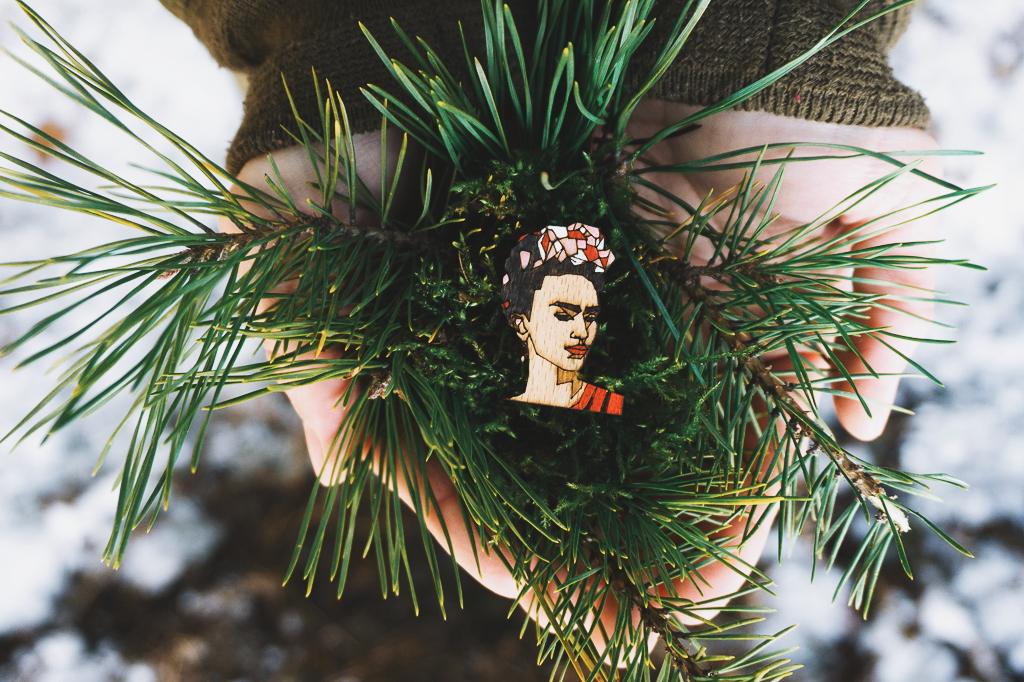 Dřevěná brož - Dear Frida