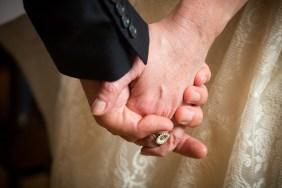 Maria og Kristians bryllup - holder i hånden