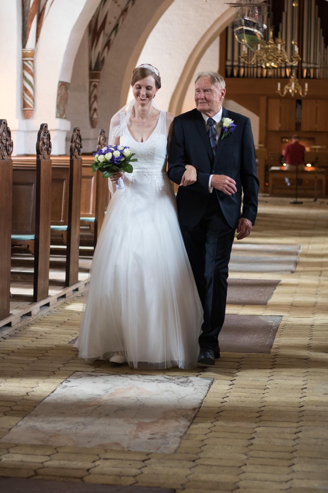 Tine og Allans bryllup - op ad kirkegulvet