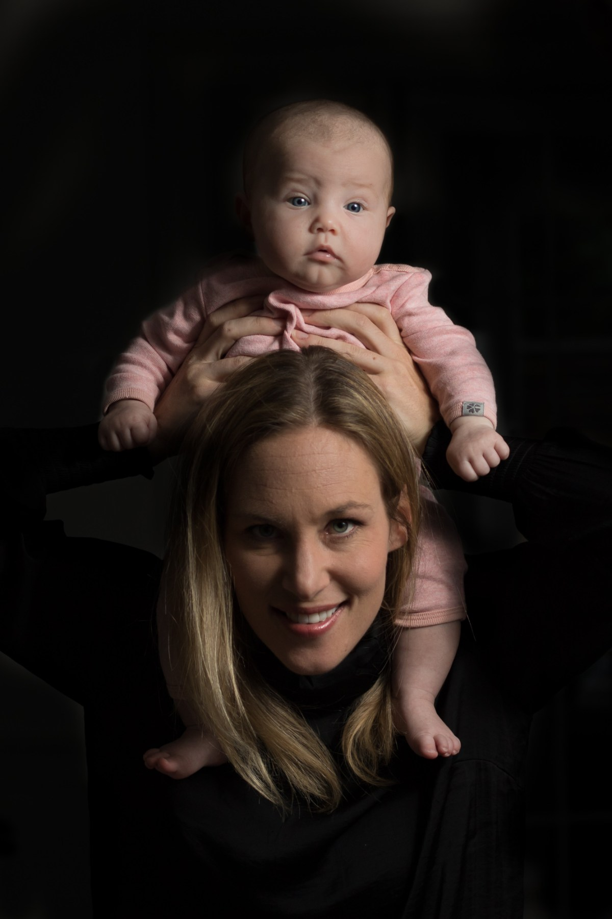 Mor med baby på skuldrene