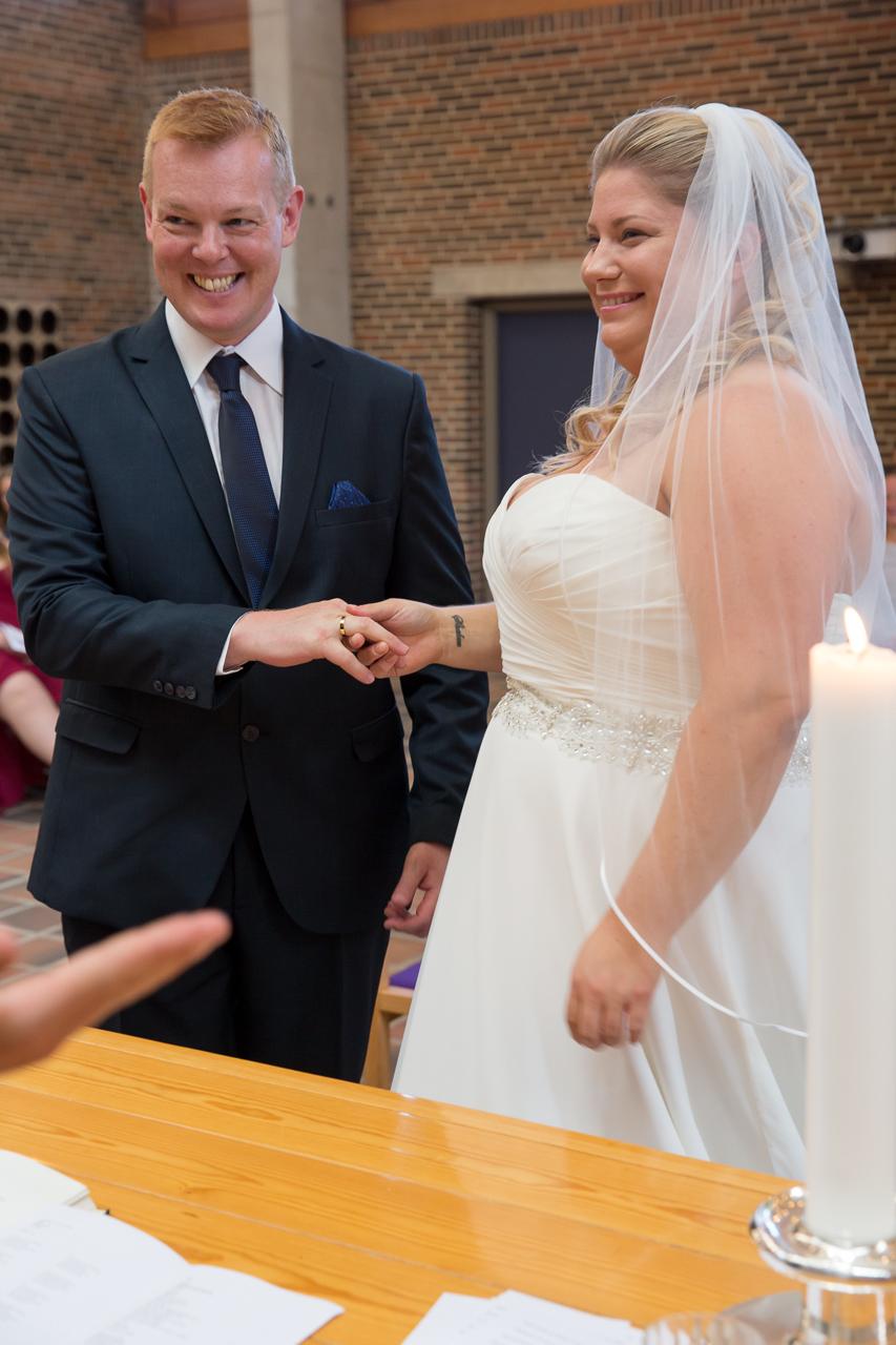 Brudeparret har lige sat ringene på fingrene