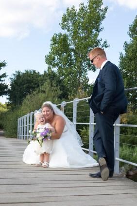 Brud, gom og datter på bro