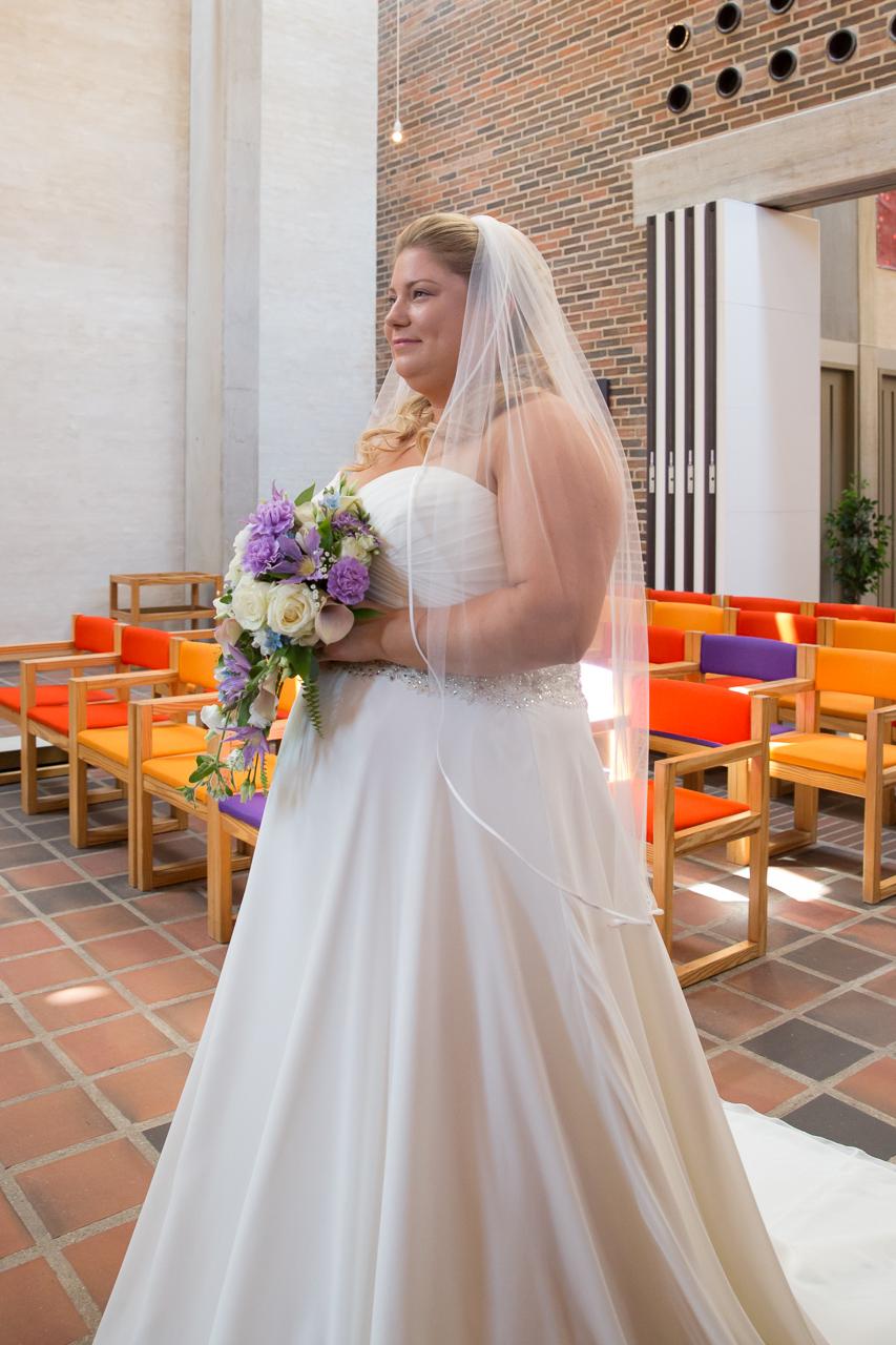 Bruden på vej ind i kirken
