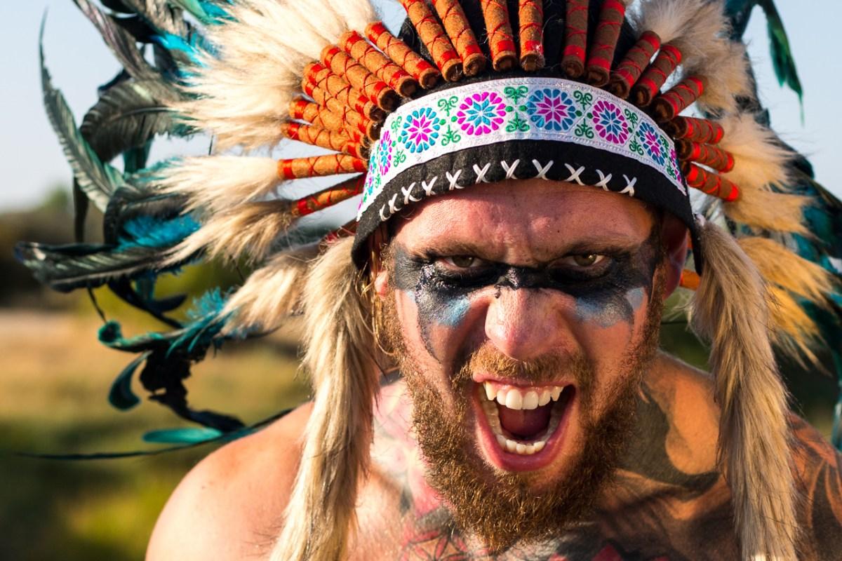 close-up, mand med høvdinge fjer og krigsmaling