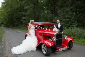 Et perfekt par billede; et smukt par, der kigger på hinanden, og en lækker lækker bil.