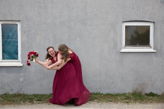 Et par brudepiger der var med på den værste. Jeg er vild med beskæringen, kontrasterne og energien i billedet.