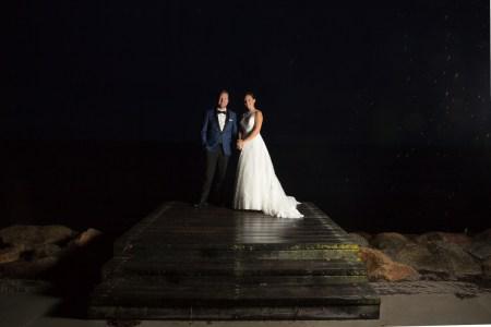 Et helt anderledes par billede, end jeg havde forestillet mig fra dette bryllup. Vi havde i god tid inden brylluppet valgt location til par billeder, og jeg havde været ude og se stedet. På dagen stod det ned i stænger, og blæste en halv pelikan. Først da det var blevet mørkt var vejret til at lokke brudeparret med ned til en nærliggende strand og skyde et par hurtige billeder. Overraskende og super fedt.