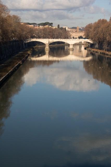 Ponte Mazzini spejler sig i Tiberens stille vand