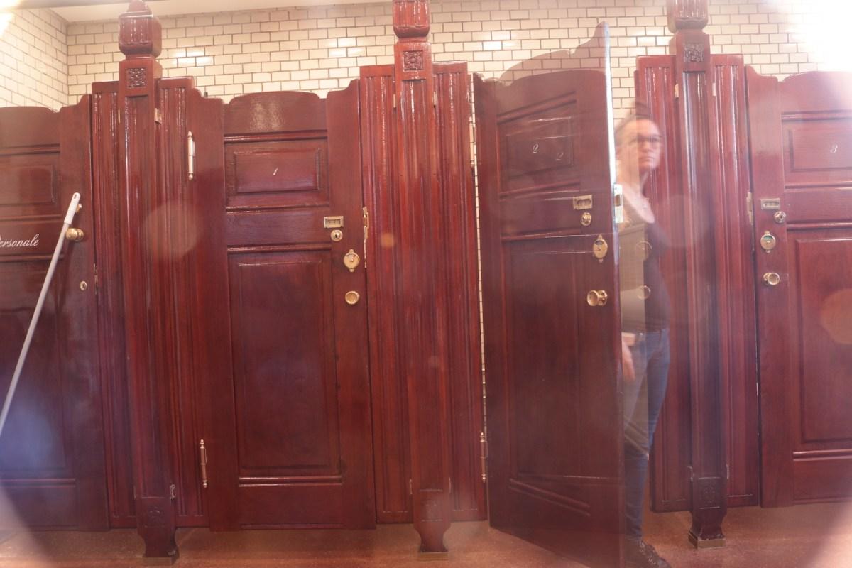 Toiletdøren på klem, på det betjente toilet i Nyhavn