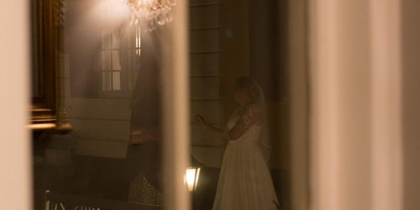 Bruden set gennem vinduet