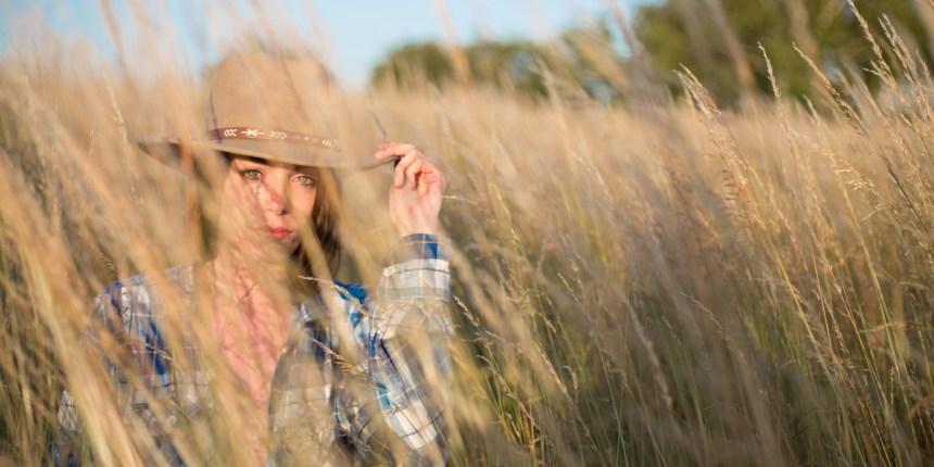 cowgirl i græsmark