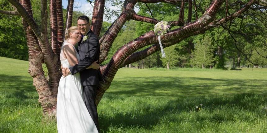 brudepar foran træ