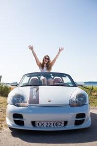 Porsche, og model med armene i vejret