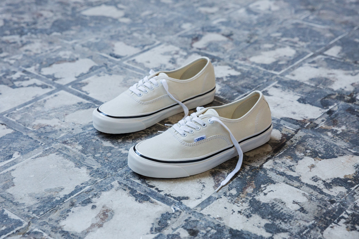 sp17_classics_vn0a38enmr4_authentic44dx-anaheimfactory-classicwhite_elevated
