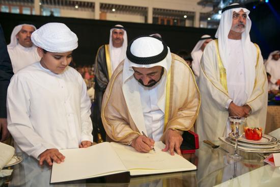 الشيخ الدكتور سلطان يوقع على الهوية البصرية لهيئة الشارقة للكتاب