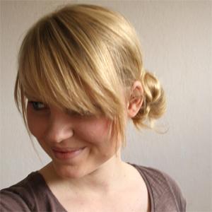 Hair tutorial - Messy side bun | By Wilma