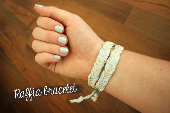 Create a cute fishtail braided bracelet with raffia! @ By Wilma