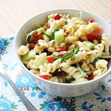 pasta salad with bacon and roasted paprika