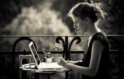 Verlegen introvert meisje