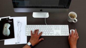 Ik ben tekstschrijver, en mijn tekstbureau omvat de volgende werkinstrumenten: computer, handen en koffie.
