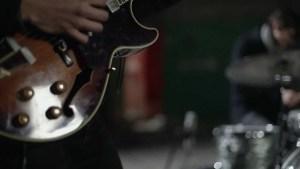 Bert Dockx van Flying Horseman en zijn onafscheidelijke gitaar