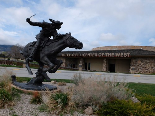 Bill Cody – Hard and Fast - All the Way. Bronze de Peter Fillerup. Cody, Wyoming