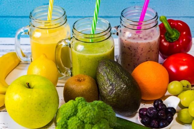 色とりどりの果物とスムージー