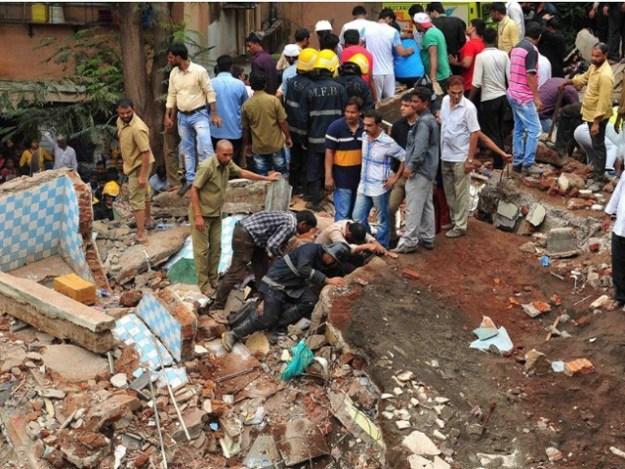 امدادی کارکنوں نے 12 گھنٹے بعد 3 افراد کو ملبےسے زندہ نکال لیا۔ فوٹو: فائل