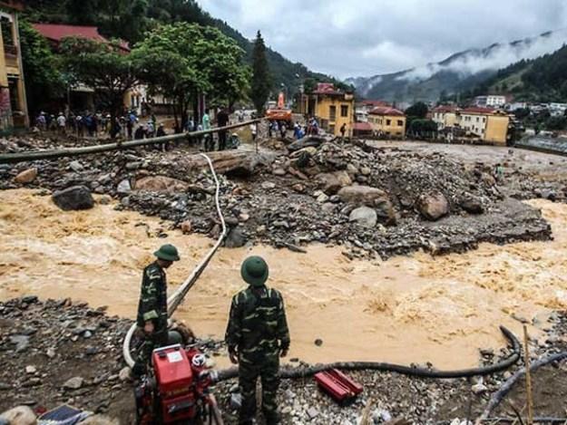 لوگوں کو محفوظ مقامات پر منتقل کرنے کے لیے فوج طلب کرلی گئی۔ فوٹو:انٹرنیٹ