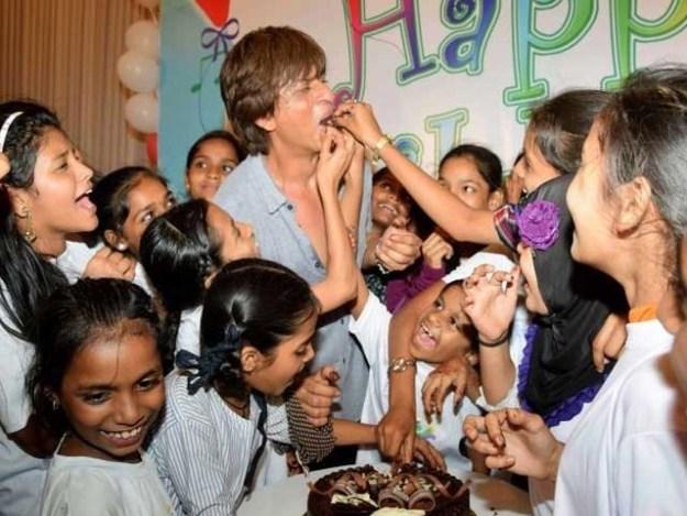 شاہ رخ خان خواتین کی بہت عزت کرتے ہیں اور بچوں سے بے انتہا محبت کرتے ہیں؛ فوٹوفائل
