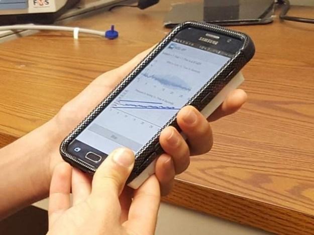 مشی گن اسٹیٹ یونیورسٹی کے ماہرین نے اسمارٹ فون سے جڑنے والا ایک آلہ بنایا ہے جو بلڈ پریشر کی آزمائش کرسکتا ہے۔ فوٹو: بشکریہ مشی گن اسٹیٹ یونیورسٹی