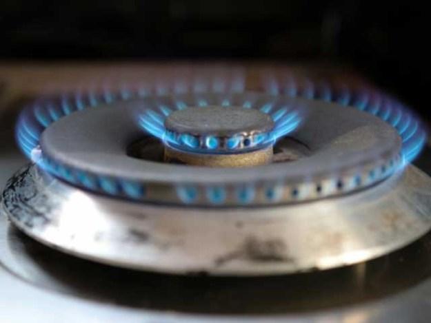 ماہانہ 100 یونٹ گیس استعمال کرنے والوں کے لیے گیس 15 فیصد مہنگی کی گئی ہے، نوٹی فکیشن (فوٹو: فائل)